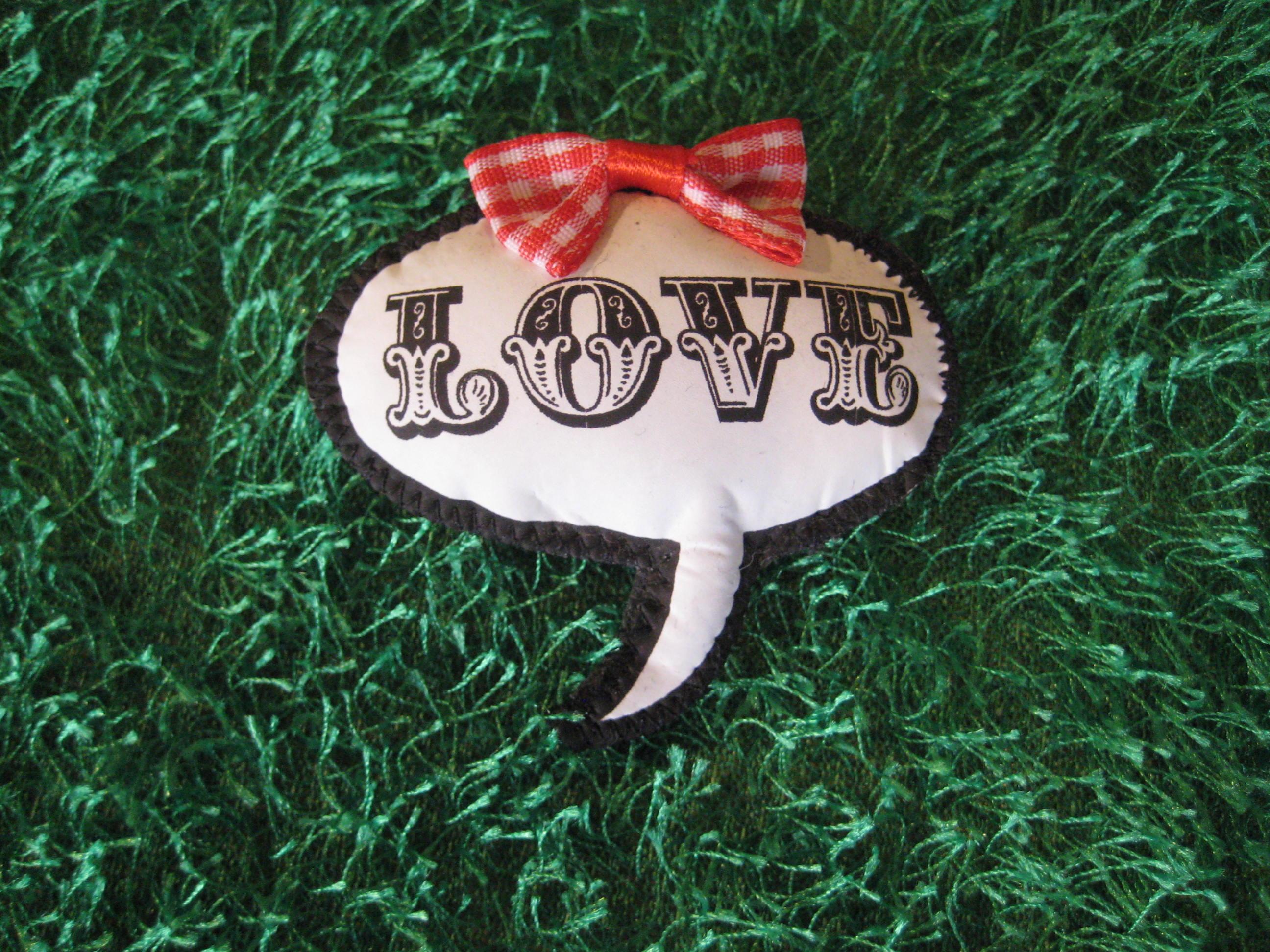 LOVE Sprechblasen-Brosche
